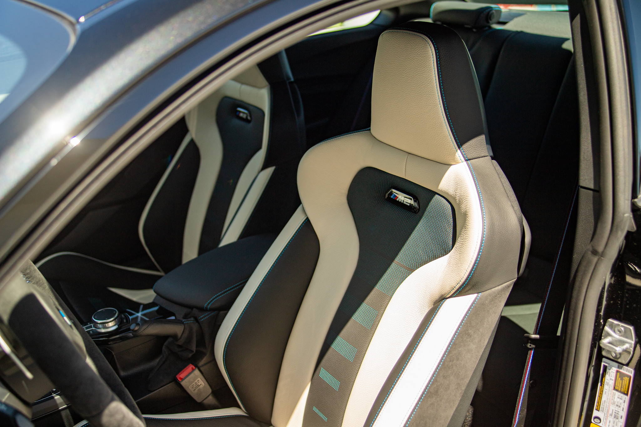 Name:  M2 Special Content Package Seats - Bi-color Dakota Leather with Polar Blue Contrast Stitching.jpg